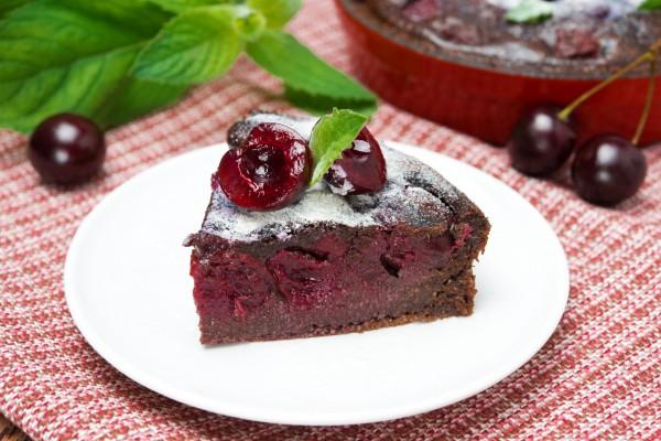 Шоколадный пирог с вишневой начинкой