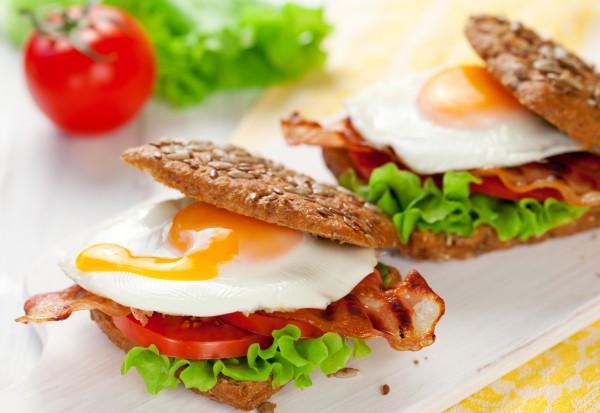 Рецепт                  Сэндвичи с жареным яйцом и беконом