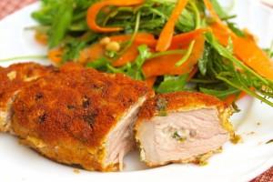 Свиные отбивные подавать с салатом из свежих овощей