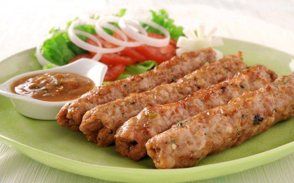 Люля-кебаб готовят из мясного фарша в виде продолговатых колбасок