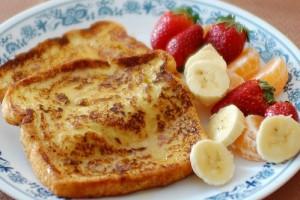 Подавай французские тосты с фруктами и ягодами