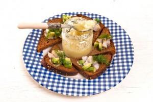 Чесночное масло и тосты с сельдью и авокадо