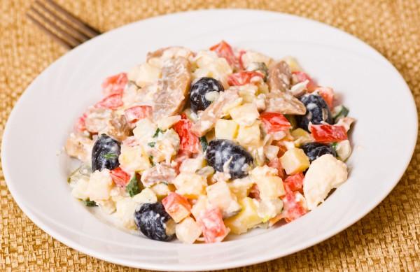 Рецепт                  Салат из курицы с грибами и маслинами