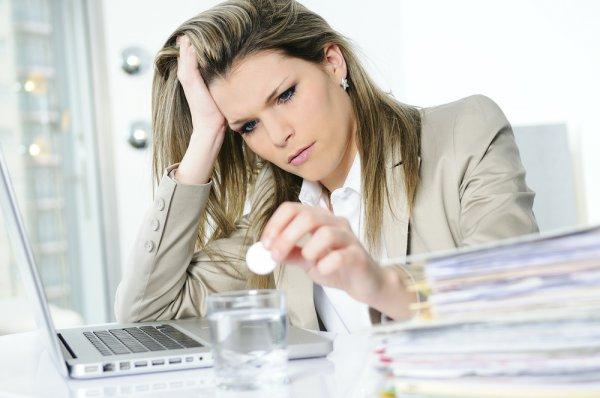 Эмоциональные женщины после нареканий начальства из-за перенесенного стресса, не могут быстро вернуться к работе