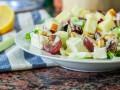Французский салат с виноградом и сыром