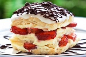 Если нарезать торт на треугольные кусочки, получится знаменитая треуголка Наполеона, в честь победы над которым торт и носит свое имя