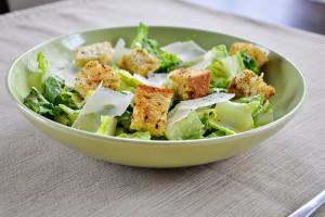 Основа салата Цезарь - салат ромэн, крутоны и вустерский соус