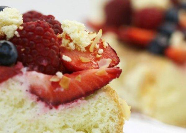 Рецепт                  Бисквитный пирог с ягодами
