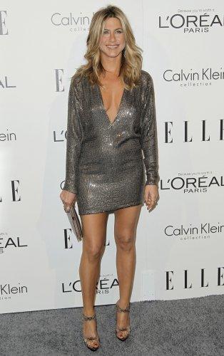 Актриса Дженнифер Энистон в блестящем платье с длинными рукавами и...