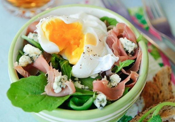 Рецепт                  Салат с прошутто и яйцом-пашот