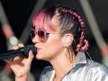 Лили Аллен сверкнула грудью на концерте в Англии
