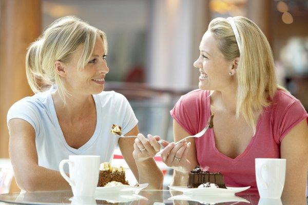 Обедая, женщины копируют друг друга