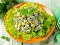 Салат из курицы, крапивы и зеленого горошка