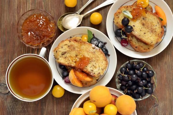 Французские тосты с камамбером и абрикосовым джемом