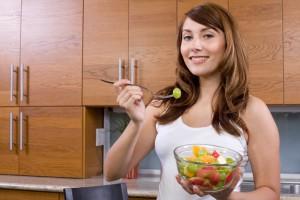 В первый день диеты рекомендуется есть фруктовый салат на завтрак и обед