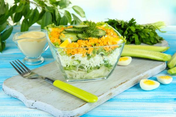 Рецепт                  Слоеный салат из огурцов, яиц и капусты