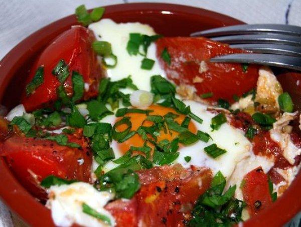 Рецепт                  Яичница с помидорами в горшочках