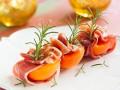 Персики на гриле с прошутто и розмарином
