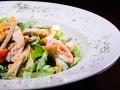 Как приготовить салат из курицы и сухариков (видео)