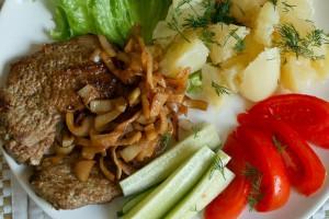 На гарнир можно подать отварной картофель и овощи