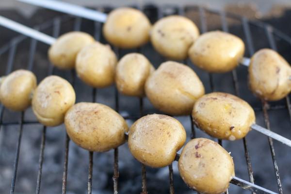 Идея для пикника: молодая картошка на гриле