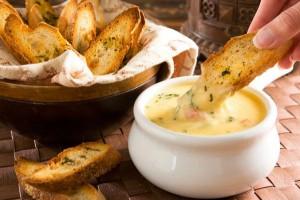 Подавай сырное фондю с гренками