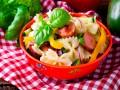 Теплый салат с макаронами и сосисками