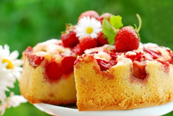 Рецепт                  Простой пирог с клубникой