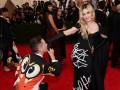 Дизайнер Moschino упал на колени перед Мадонной из-за эффектного платья