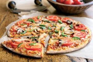 В пиццу с курицей и грибами можно добавить помидоры и сладкий перец для более свежего вкуса