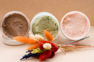 Скрабы – это различные абразивные вещества, с помощью которых можно легко и быстро очистить нашу кожу.