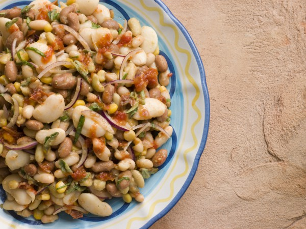 В дополнение к ужину: салат из фасоли с сухариками
