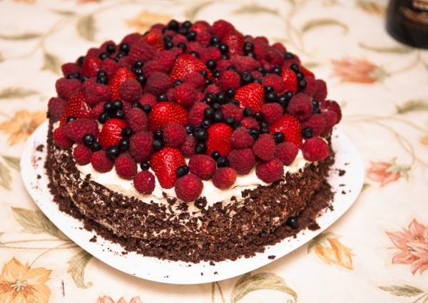 Шоколадный торт с кремом и ягодами
