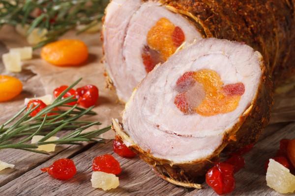 Рецепт                  Рецепты на Рождество: Рулет из свинины с курагой и вишней