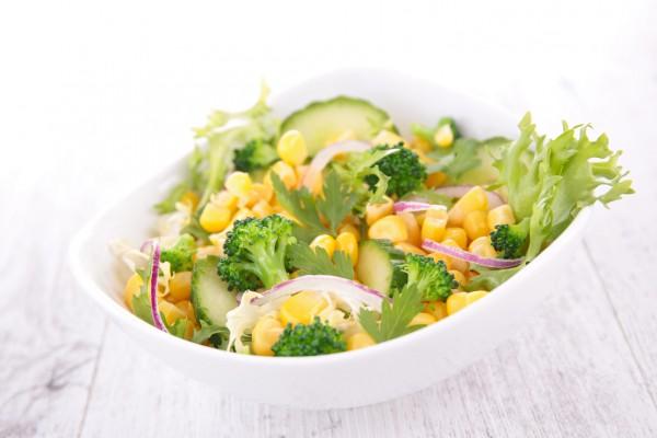 Рецепт                  Салат из огурцов и брокколи с кукурузой
