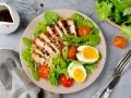 Летний салат с курицей гриль