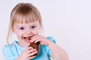 Черный шоколад нужно вводить в рацион ребенка не ранее шести лет