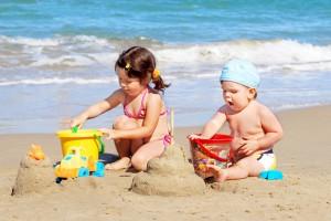Крохе понравится играть вблизи моря, только не забывай наносить на детскую кожу солнцезащитный крем и обязательно установи зонт для тени