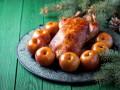 Рождественская утка с запеченными яблоками