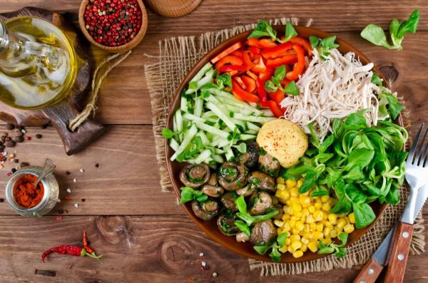 Салат ассорти с курицей, грибами и овощами