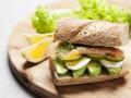 Полезный завтрак: сэндвич с авокадо и лососем
