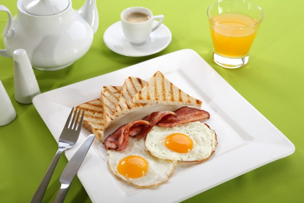 Яичница с беконом - отличный завтрак для беременных