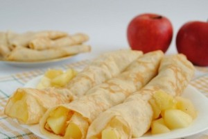В яблочную начинку можно добавить корицу