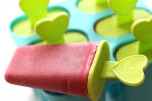 Удобнее всего замораживать йогурт в специальных формочках