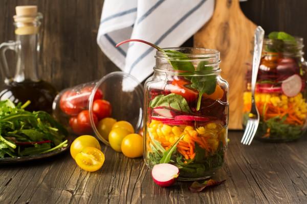 Диетический салат с консервированными овощами и орехами