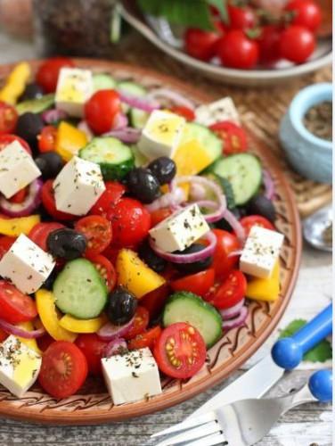 Легкие закуски: Греческий салат Хориатики с брынзой