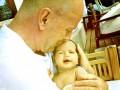 Брюс Уиллис показал новорожденную дочь