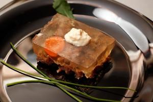 Без какого блюда не обходится практически ни одно праздничное русское застолье.  Правильно, без холодца.