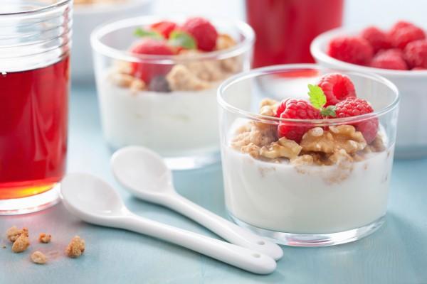 Рецепт                  Йогурт с гранолой и малиной
