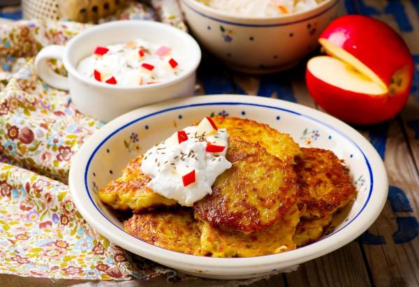 Хрустящие картофельные оладьи с яблочным соусом